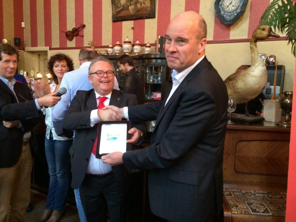 Afdelingsvoorzitter Aris Blok reikt het verkiezingsprogramma over aan Ronald Vennik.