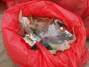 Voorbeelden van afval op het strand.